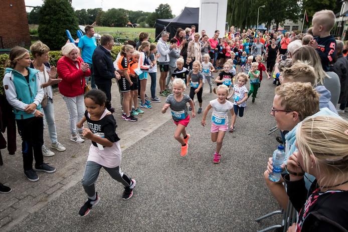 Veel publiek langs de lijn bij  de kids run, een onderdeel van de Lus van Beckum.