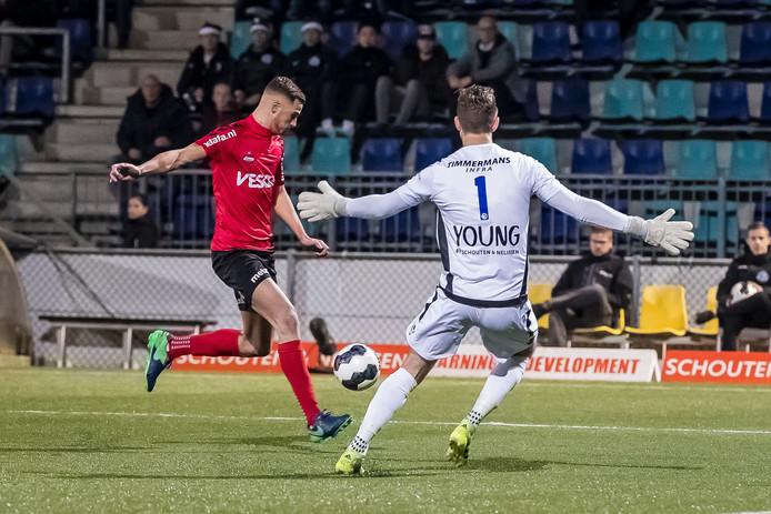 Jordy Thomassen stuit op doelman Kees Heemskerk.
