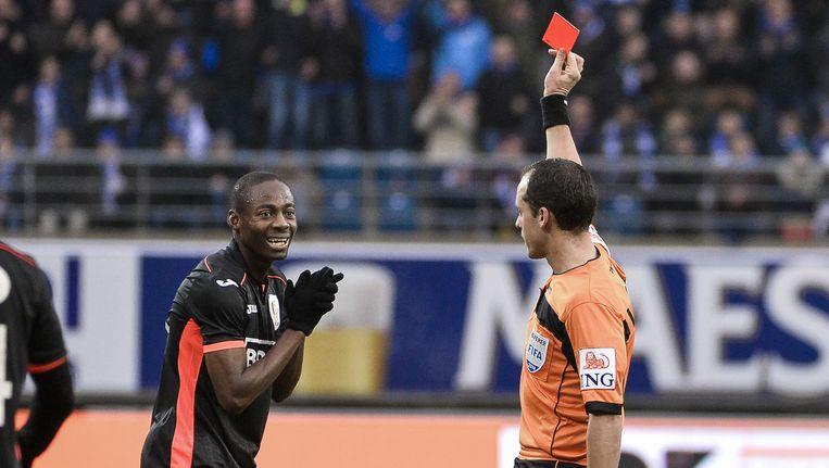 Eyong Enoh kreeg een rode kaart voor een stevige ingreep op Brecht Dejaegere en dat levert hem ook vijf speeldagen schorsing op.