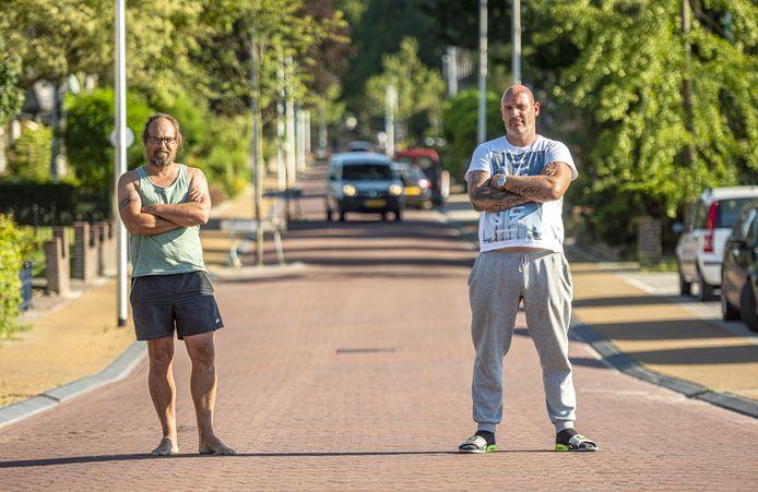 Otto Garsen (rechts) en Theban Kok willen dat de gemeente Lochem de Kapperallee zo snel mogelijk veiliger maakt. ,,Begin maar eens met het aanleggen van verkeersdrempels, in elk geval kort na de sluis.''