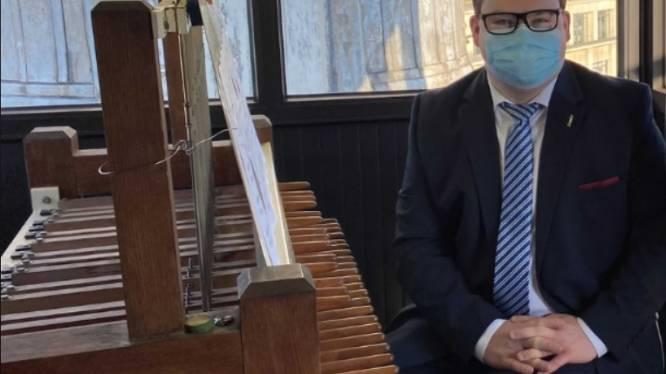Stadsbeiaardier Lorenz bespeelt beiaard van Parlement om stemming '1000 Klassiekers' te starten