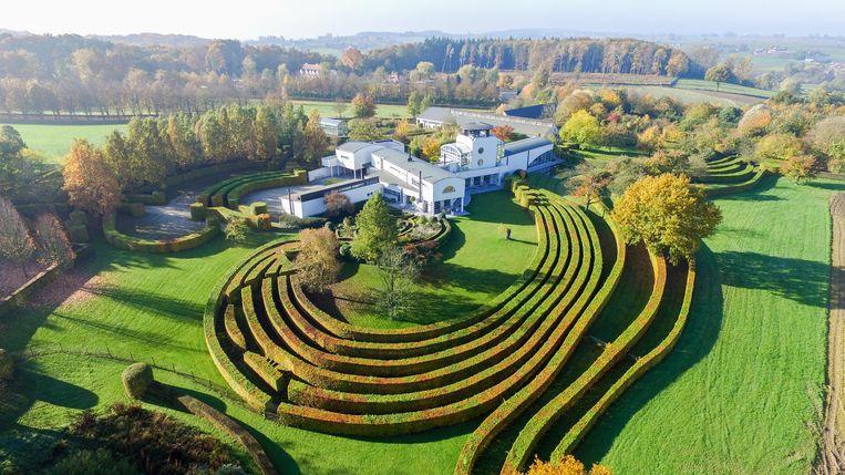 De woning met spectaculaire tuin wordt nu openbaar verkocht.