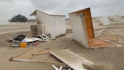 Odette bereikt kust en richt eerste schade aan: strandcabines vliegen in het rond, arbeider zwaargewond door omgevallen muur, ook drie brandweermannen gewond bij interventie