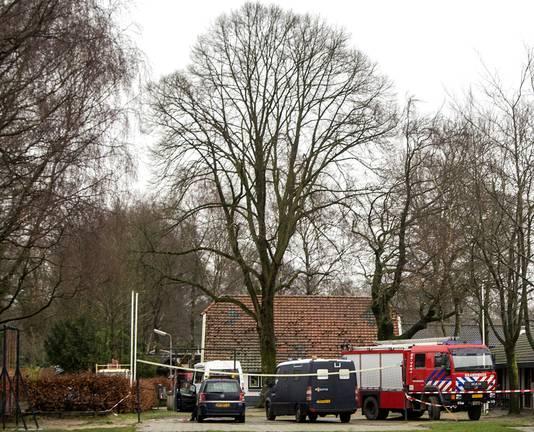 Medewerkers van politie en brandweer staan voor bungalows op bungalowpark De Kern op de Veluwe, januari 2014.