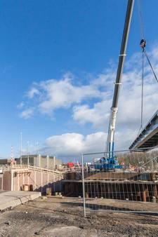 Bekijk hier hoe de brug boven de Meppelerdiepsluis wordt verplaatst