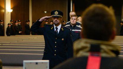 Stoere mannen 'Helden van Hier' uiterst emotioneel tijdens pakkend afscheid van overleden collega