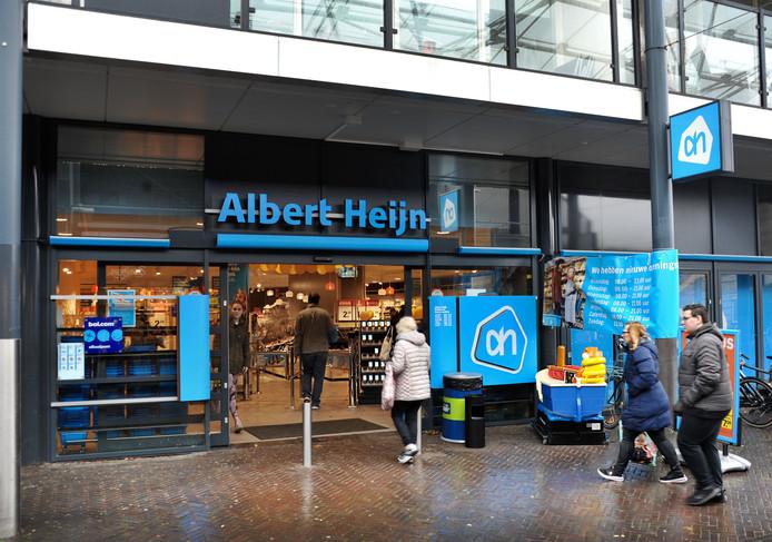 De mishandeling vond plaats bij de ingang van de Albert Heijn aan het Van Eesterenplein en werd gefilmd. De mensen op deze foto, gemaakt op maandag 24 februari, hebben niets met het incident van doen.