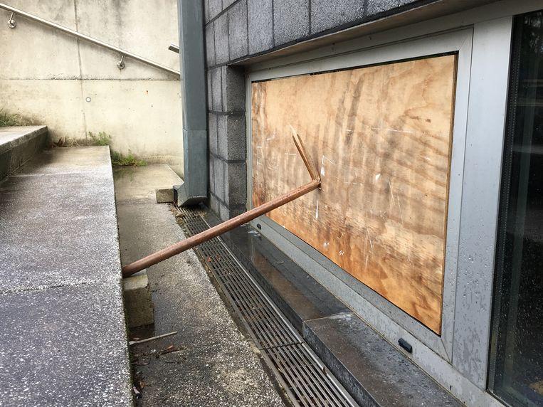 Verschillende ramen werden stukgeslagen door de verdachten.