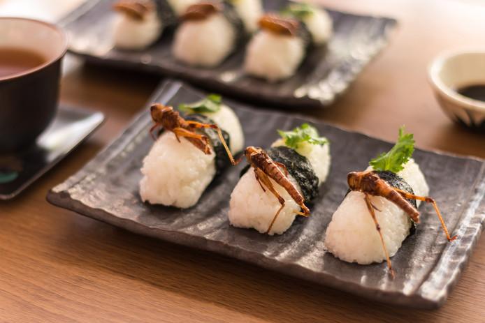 Sushi met gefrituurde sprinkhaan.