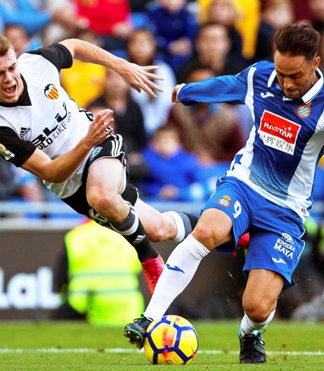 Valencia houdt druk op FC Barcelona na winst bij Espanyol