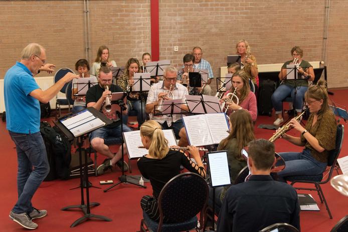 Repetitie van het NSFC onder leiding van dirigent Cor Pronk.
