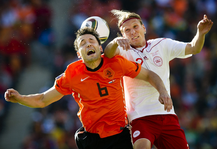 Christian Poulsen namens Denemarken in actie tegen Oranje.