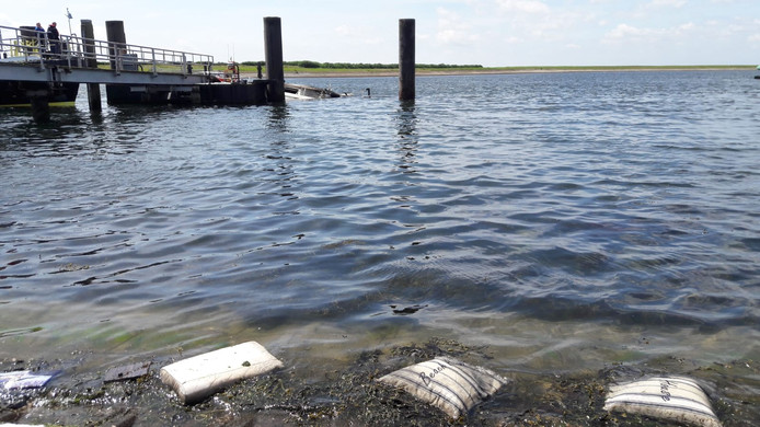De kussentjes van het jacht zijn in de haven aangespoeld.