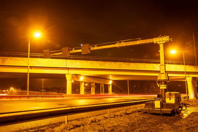 De bocht van de A28 naar de A50 bij Zwolle. De feloranje lampen maken volgend jaar plaats voor led-lampen.