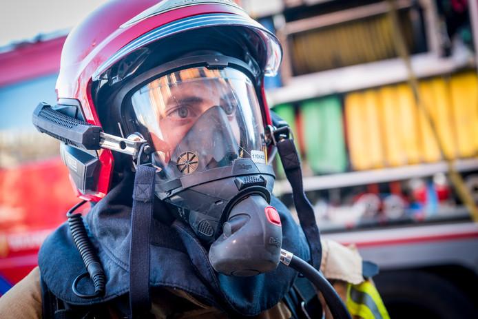 Een brandweerman met een gasmasker. Foto ter illustratie.