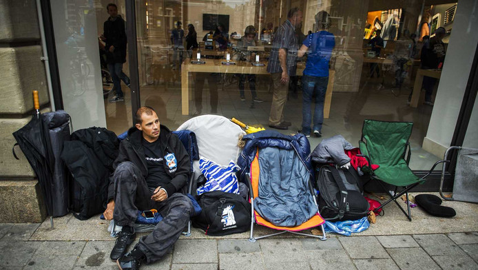 De eerste wachtenden in de rij voor de Applestore in Amsterdam.