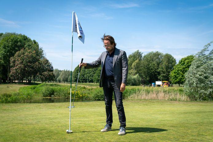 Dirk Jan Vink van golfbaan Welderen demonstreert het balopraapsysteem.