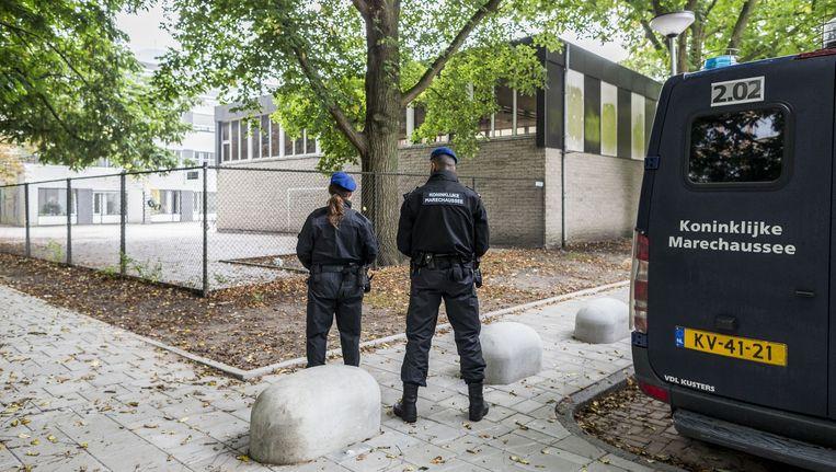 Gewapende marechaussees bij de Cheiderschool in Buitenveldert. Beeld Rink Hof