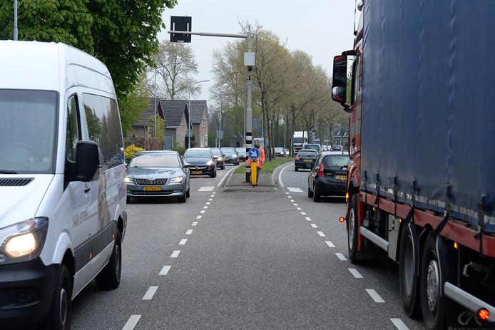 Drukte op de N264 in Sint Hubert. Inwoners pleiten voor een vrachtwagenheffing.