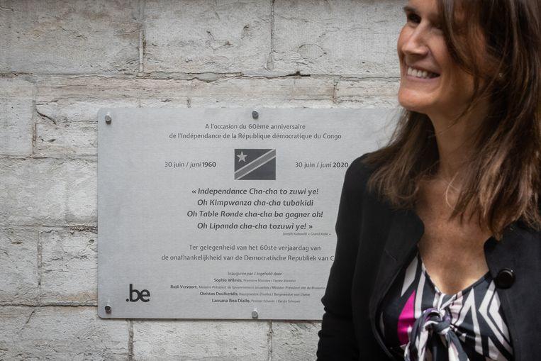 Premier Sophie Wilmès (MR) bij de onthulling van de gedenkplaat.