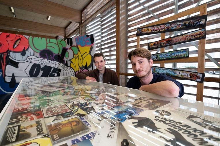 Koen Vermeulen en Johan Krist op de retrospectieve expo rond twee decennia eigenzinnige Mechelse hiphop in het Cultuurcentrum Mechelen.