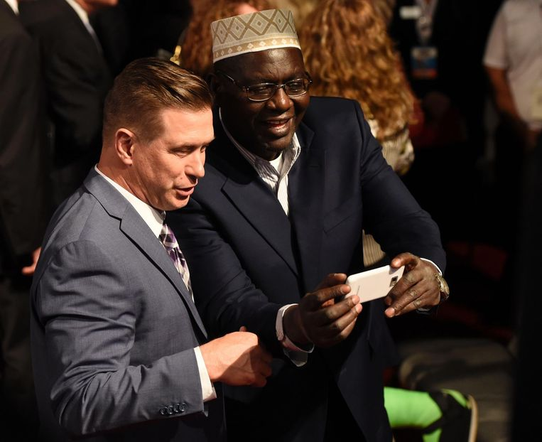 Malik Obama, de halfbroer van Barack Obama, met acteur Stephen Baldwin tijdens het derde presidentiële debat in Las Vegas. Beeld AFP