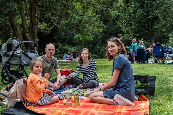 Een gezin geniet van de picknick in het park