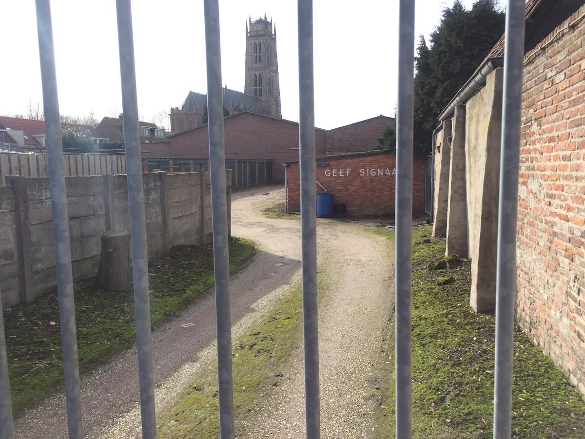 De ingang van het terrein aan de Heksenwal waar de gemeente Zaltbommel parkeerplaats van wil maken.