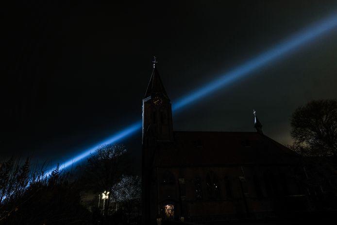 Het Oosterlicht schijnt boven de kerk in Varsselder.