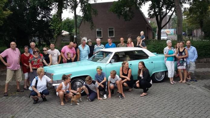 Wim Ulkeman (helemaal links) verraste zijn buren met een ritje in een cadillac om ze te bedanken voor hun hulp na een heupoperatie. Foto Janske Mollen