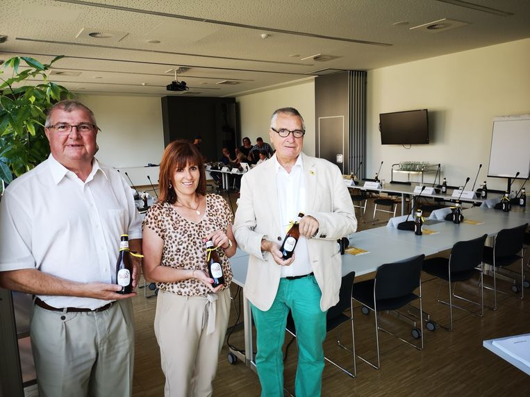 Nathalie Dewulf, omringd door Vlaams Belang-collega's Rik Baert en Giel Seynaeve, trakteerde met een Paljas-biertje op de gemeenteraad.