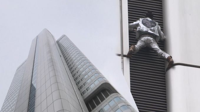 'Franse Spiderman' beklimt toren van 166 meter in Frankfurt