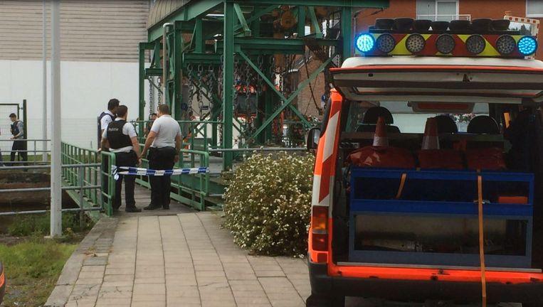 Politie en brandweer zijn ter plaatse om het lichaam uit het water te halen.