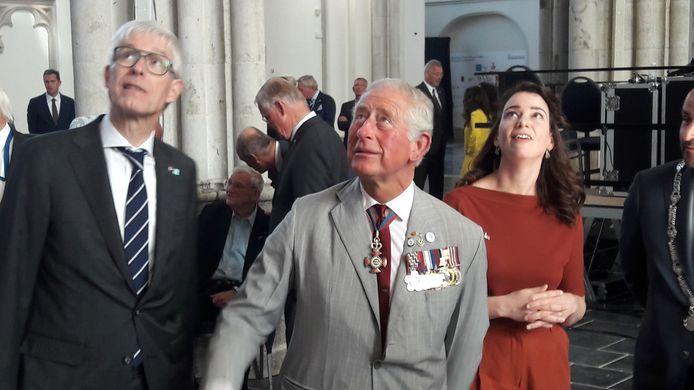 Prins Charles bekijkt de gewelven van de gerestaureerde Eusebiuskerk in Arnhem.
