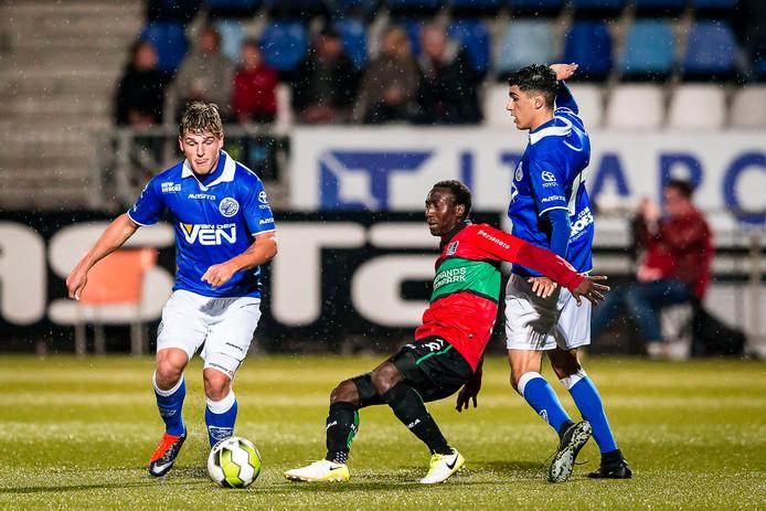 Janio Bikel (m) namens NEC in actie tegen FC Den Bosch.