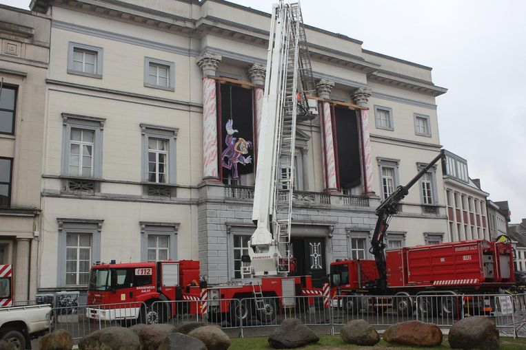 De brandweer van Aalst is begonnen met de installatie van de carnavalsdecoratie aan het stadhuis.