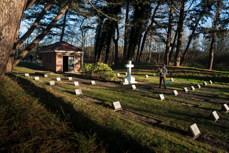 Wyb Jan Groendijk harkt begraafplaats Vredenhof aan.