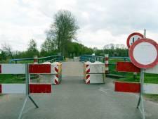Verrotte kanaalbruggen bij Gramsbergen gesloopt en vervangen