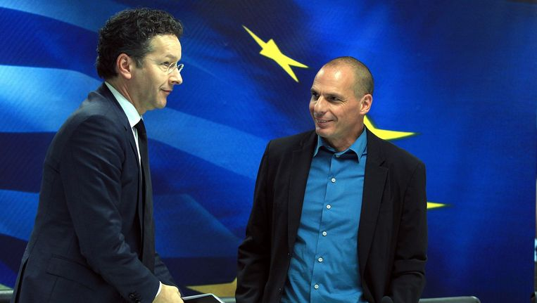 Jeroen Dijsselbloem (L) en de Griekse minister van Financiën Yanis Varoufakis. Beeld null