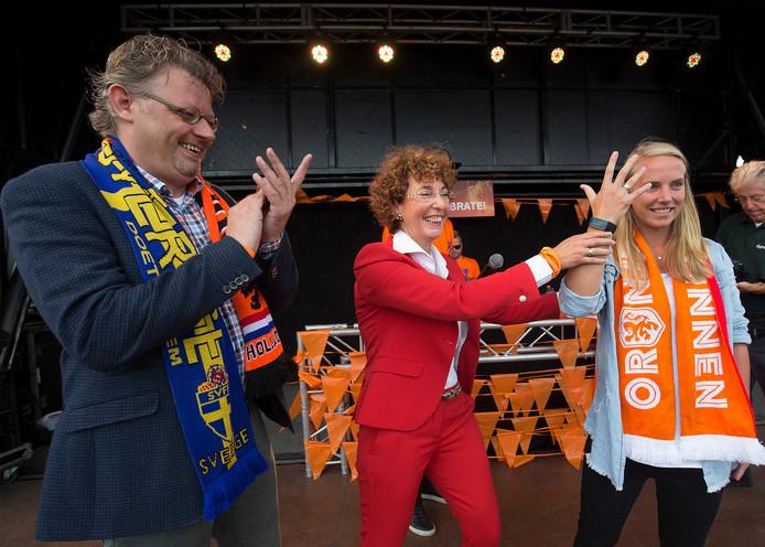 Richèl Hogenkamp (rechts) met de IJsselring die ze heeft ontvangen van Karena Rothuis (eigenaresse van juwelier De Tijd) en wethouder Peter Drenth. Foto Theo Kock