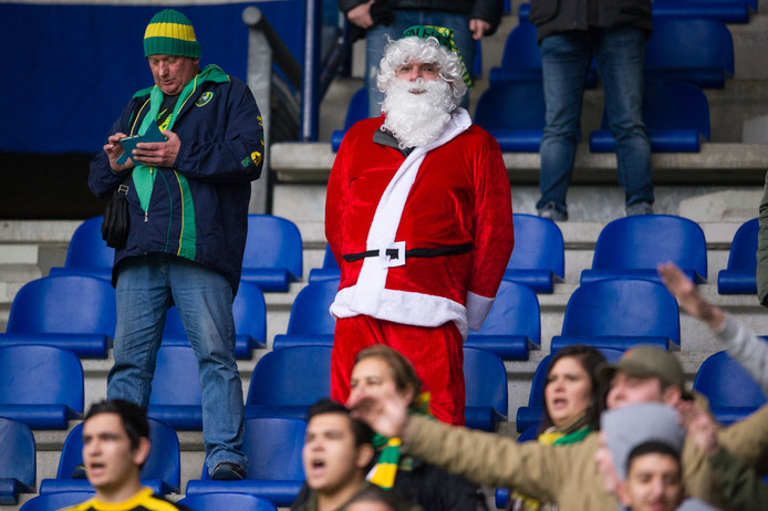 Een als kerstman verklede fan bij Heerenveen-ADO.
