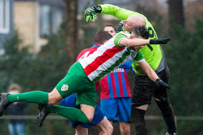 SVV'91 (rood/groene shirt) komt niet langer uit in het zondagvoetbal.