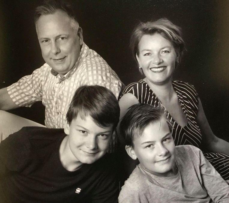 Léontine van Geffen-Lamers (50), haar man Sjoerd (48) en  hun zoons Sebastiaan (16, links) en  Balder (14, rechts) uit Leuvenheim gaan deze zomer op vakantie naar het Verenigd Koninkrijk. Beeld Léontine van Geffen-Lamers