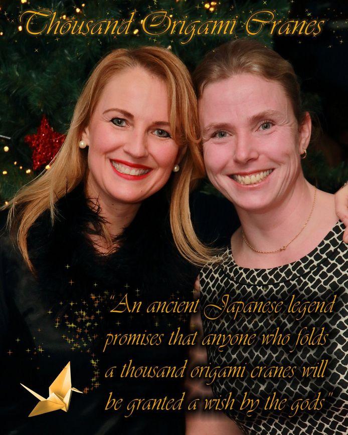 Economiedocente Renate van Haasteren ( links) met wiskundelerares Desiree de Roode. Het is gewoonte dat de leraren bij het  jaarlijkse Kerstgala samen op de foto gaan. Deze vorig jaar gemaakte foto is dit jaar gebruikt voor de origami-actie.