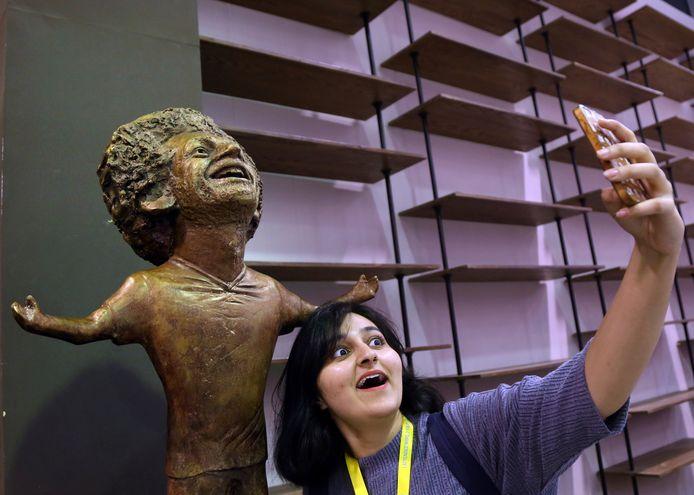 Een selfie met het beeld van de Egyptische spits Mohammed Salah, dat in november 2018 werd onthuld in Sharm El Sheikh. Het beeld zorgde voor ophef omdat het hoofd van de voetballer nogal buitenproportioneel is vormgegeven en bovendien nauwelijks lijkt.