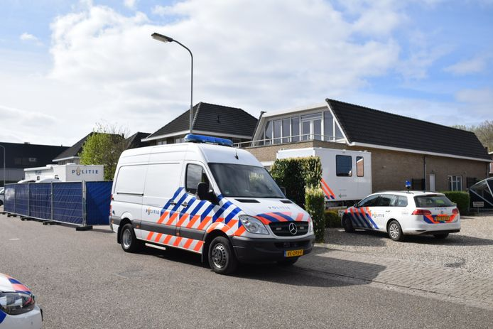 De politie doet onderzoek bij de woning aan het Ambacht in Beneden-Leeuwen na de vondst van het lichaam.