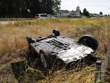Auto op  kop in droge sloot bij Cuijk