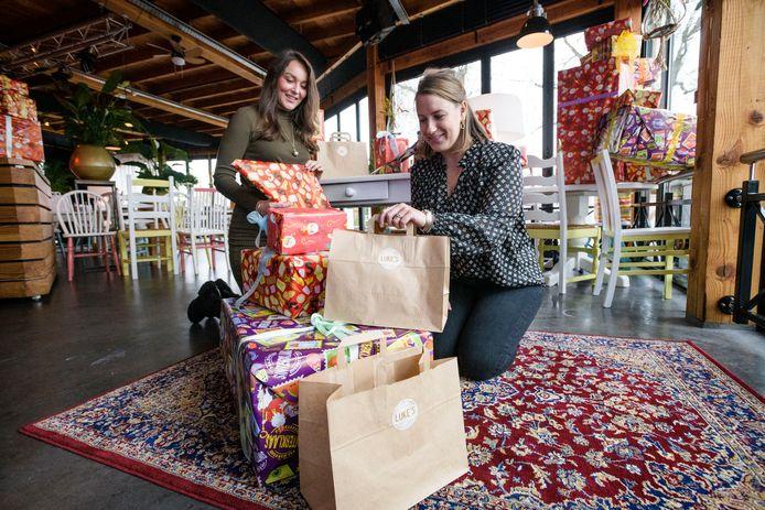 Michelle Tijhuis (links) en Paddy Snijders zijn druk met de voorbereidingen om gezinnen die het financieel erg zwaar hebben een leuke Sinterklaas te bezorgen.