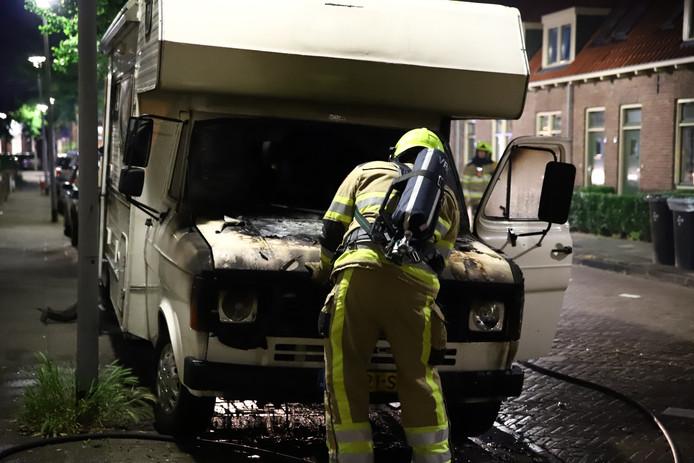 De beschadigde camper na de brand in Tiel.