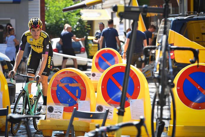 Wout van Aert heeft de koffie op en is toch maar even op zijn fiets gestapt.